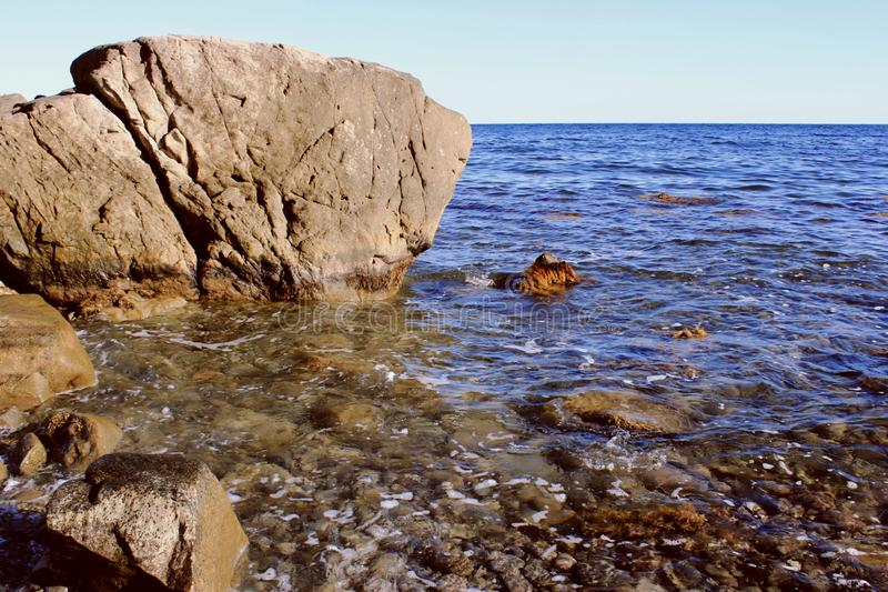 Blått hav och en annalkande våg med vitt skum royaltyfri foto