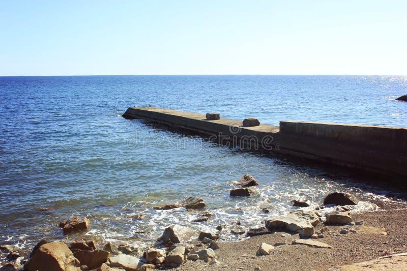 Blått hav och en annalkande våg med vitt skum royaltyfria foton