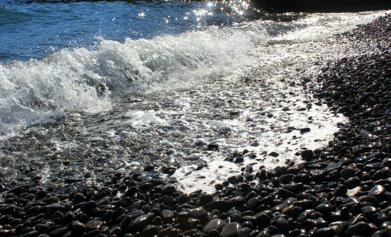 Blått hav och en annalkande våg med vitt skum arkivbild