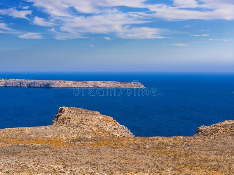 Blått hav och stenig ö som ses från det Gramvousa fortet i Kreta royaltyfri fotografi
