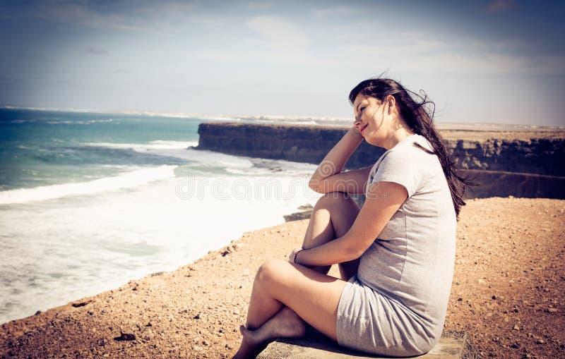 Blått hav och vinden i håret fotografering för bildbyråer