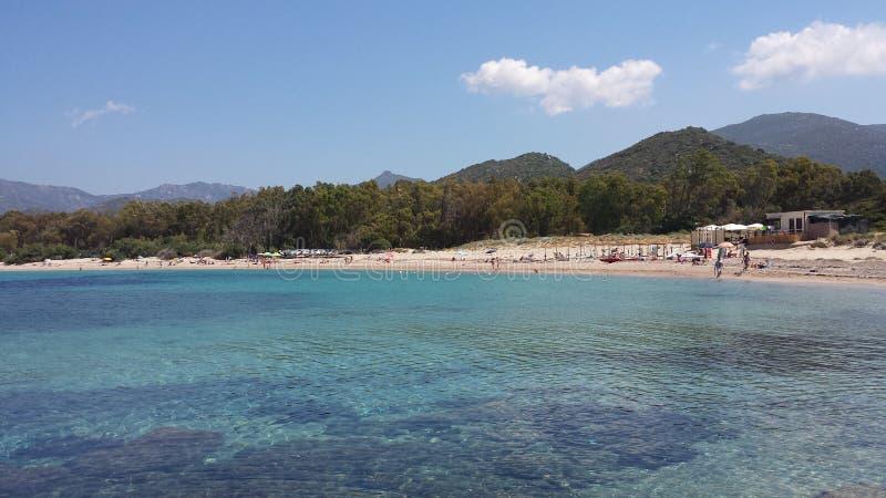Blått hav och vitstrand och folk royaltyfria foton