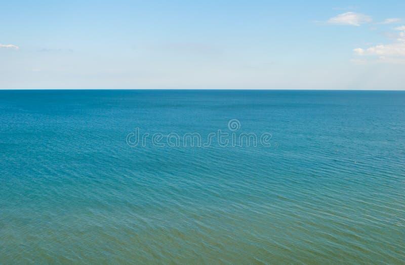 Blått hav, stillhet, horisontlinje och brigthimlen arkivfoton