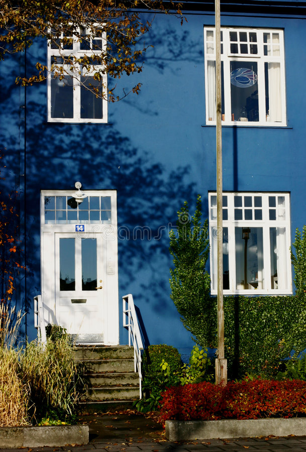 blått hus royaltyfri bild