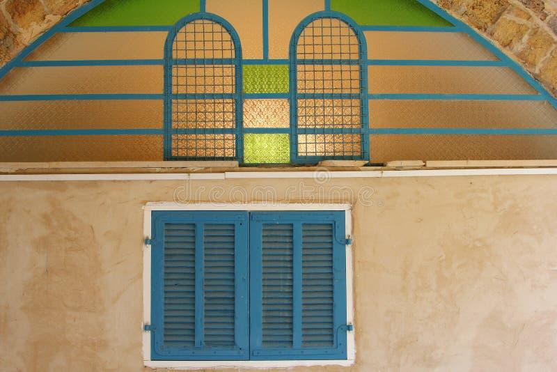 Blått hus för slutaremålat glassfönster, gamla Jaffa, Tel Aviv royaltyfri bild