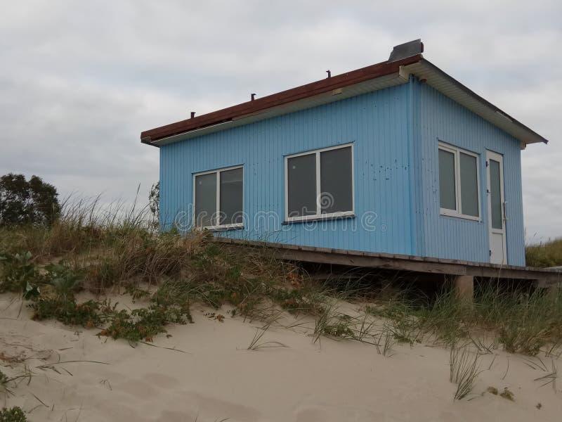 Blått hus på kusten av Östersjön på en molnig sommardag arkivfoton
