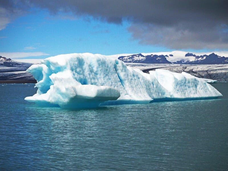 Blått iskvarter i glaciäris i den Jokulsarlon lagun e i sou arkivbilder