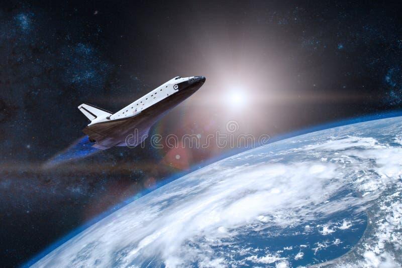blått jordplanet Rymdfärja som tar av på en beskickning royaltyfri foto