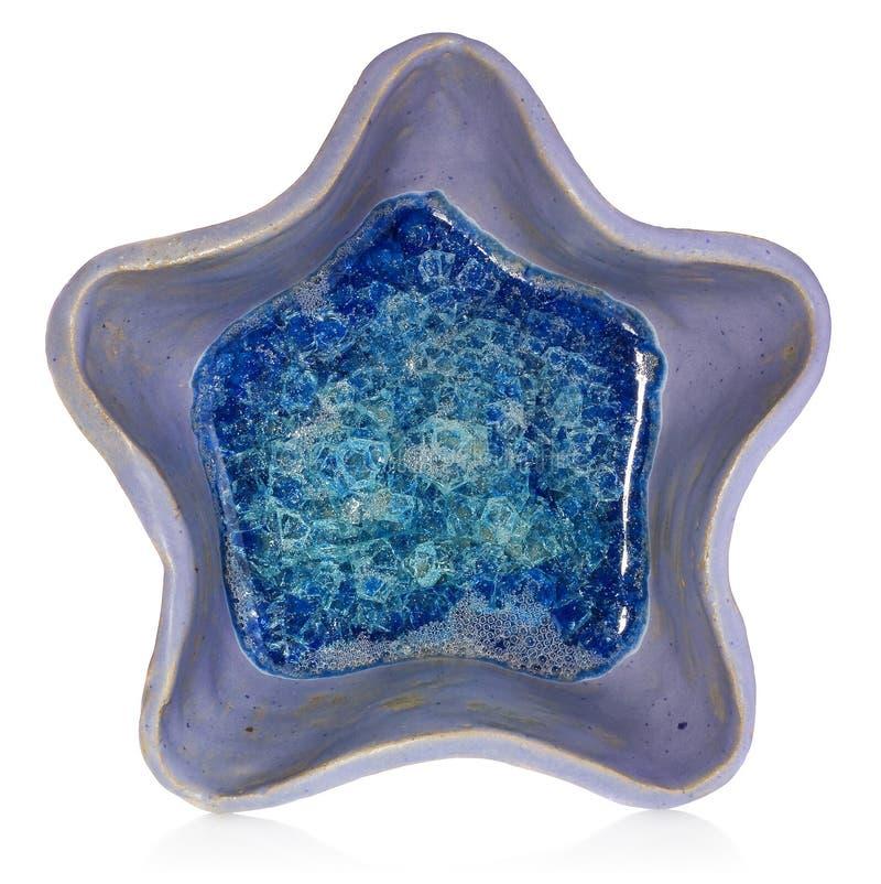 Blått keramisk handgjord bunke i formen av en stjärna På botten royaltyfri bild