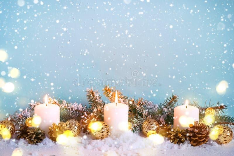 Blått kort för snöjulhälsning Gräns av granfilialer och brinnande stearinljus royaltyfri bild