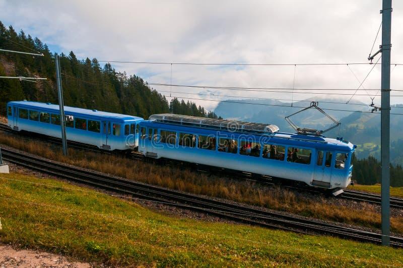 Blått kugghjuldrev på det Rigi berget, schweiziska fjällängar arkivfoton