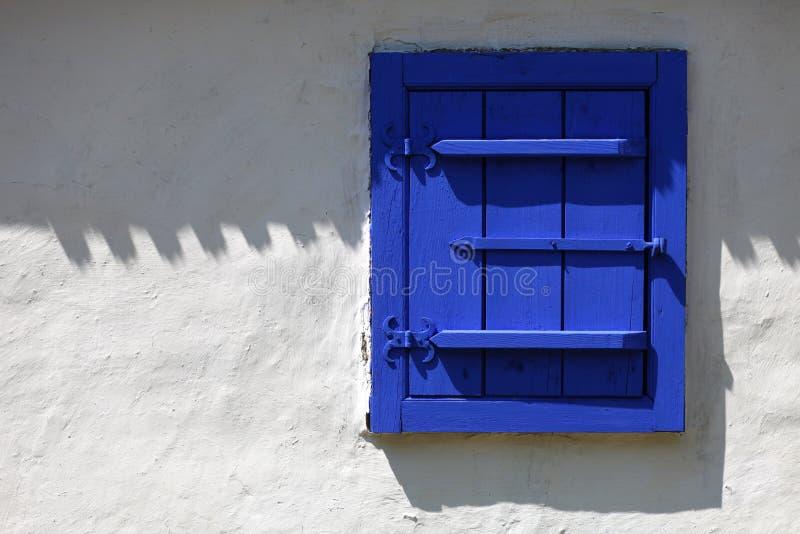 Blått lantligt fönster arkivbilder