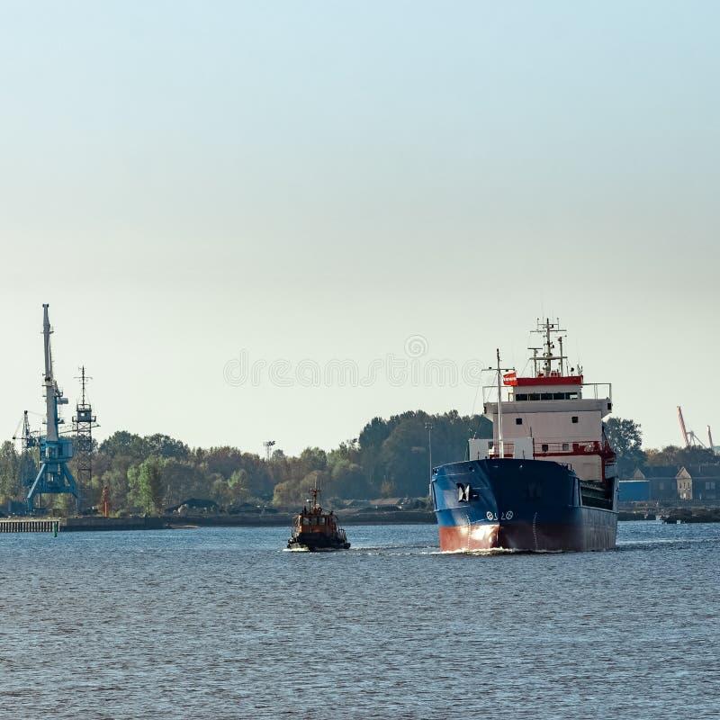 blått lastfartyg arkivfoto