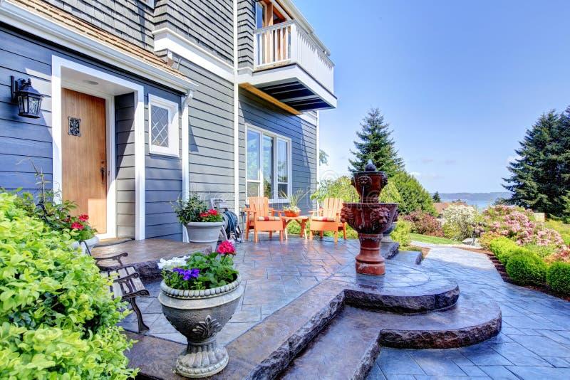 Blått lyxigt hus som är ytter med springbrunnen royaltyfri foto