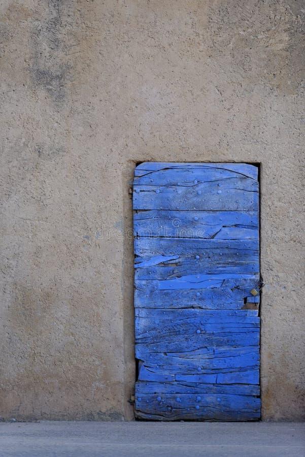 Blått målad dörr av Provence arkivbild