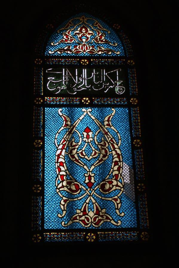 Blått målat glassfönster i en religiös byggnad i Jerusalem royaltyfri bild