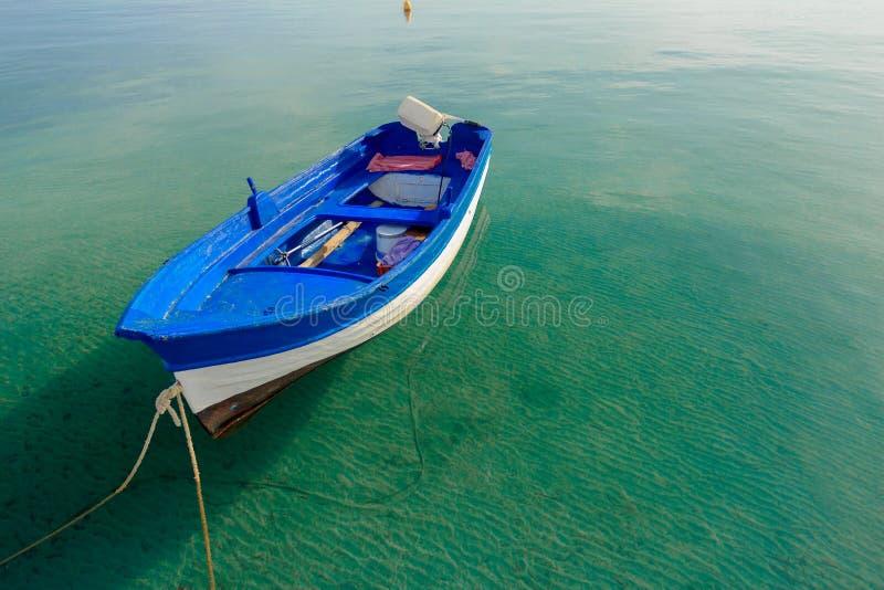 Blått motoriskt fartyg för azurer som svävar på lugna genomskinligt havsvatten på den grekKos ön royaltyfri foto