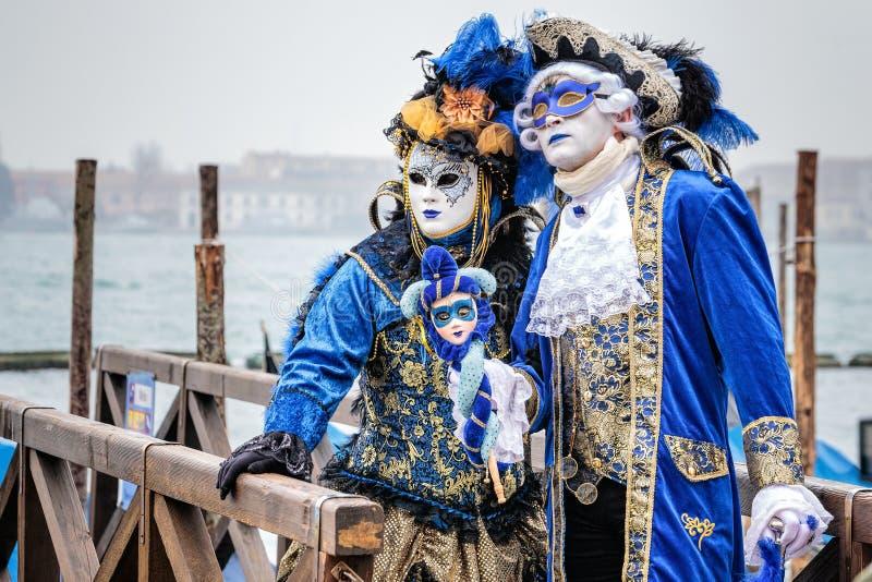 Blått och guld maskerade carnaval par arkivbilder