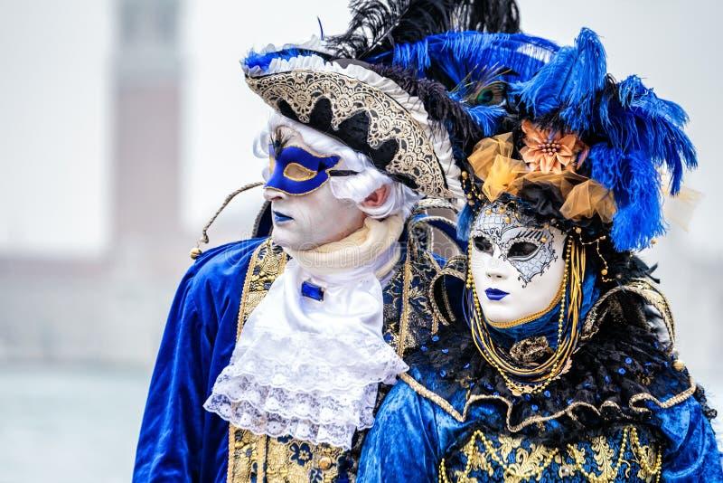 Blått- och guldmaskeringar royaltyfria bilder