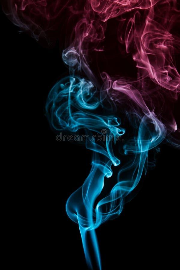 Blått och röd rök arkivbild