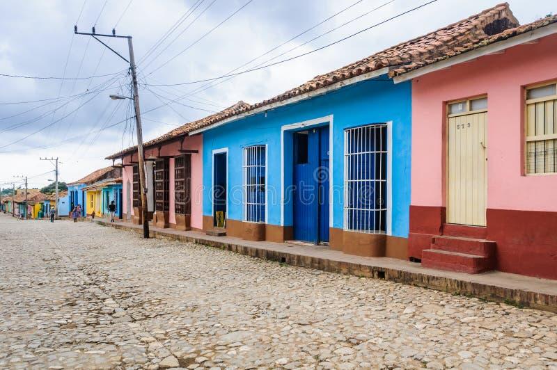 Blått- och rosa färghus i Trinidad, Kuba arkivbild