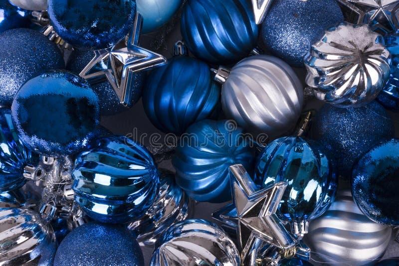 Blått- och silverprydnader arkivbild