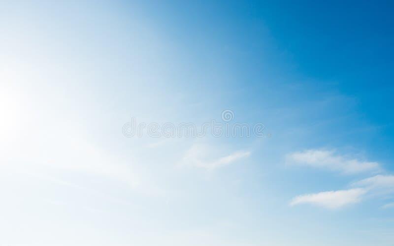 Blått och blått skum med små vita moln fotografering för bildbyråer