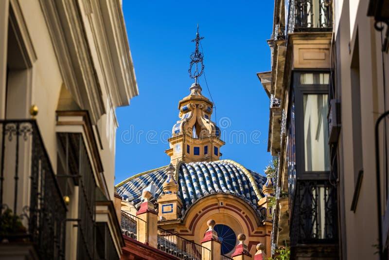 Blått och vitt keramiskt belagt med tegel tak på kyrka i Seville, Spanien royaltyfri bild
