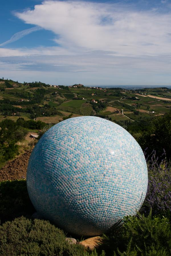 Blått- och vittegelplattan klumpa ihop sig med landskapet av dalen på bacen royaltyfria bilder