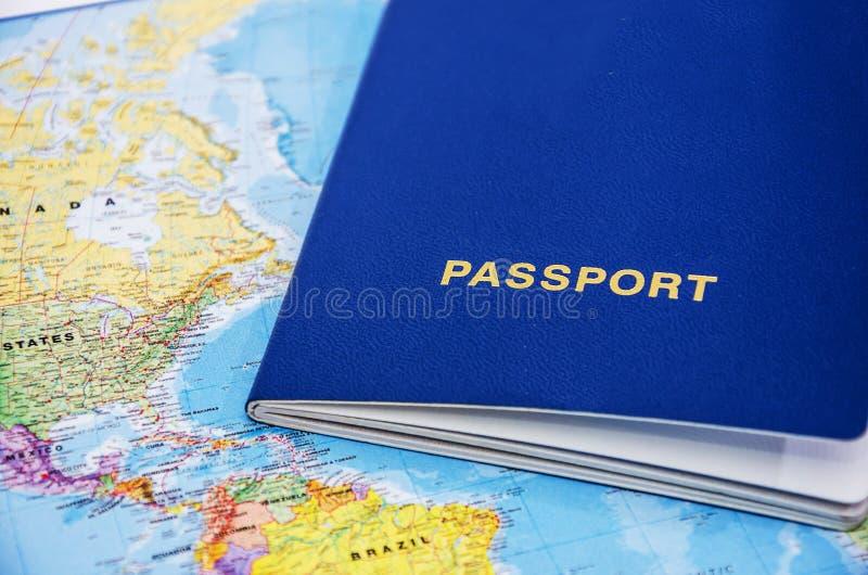 Blått pass på en världskartabakgrund, närbild f?r dublin f?r bilstadsbegrepp litet lopp ?versikt royaltyfri fotografi