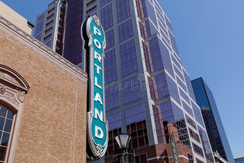 Blått Portland tecken på tegelstenbyggnad från avstånd i Portland, Oregon royaltyfria foton