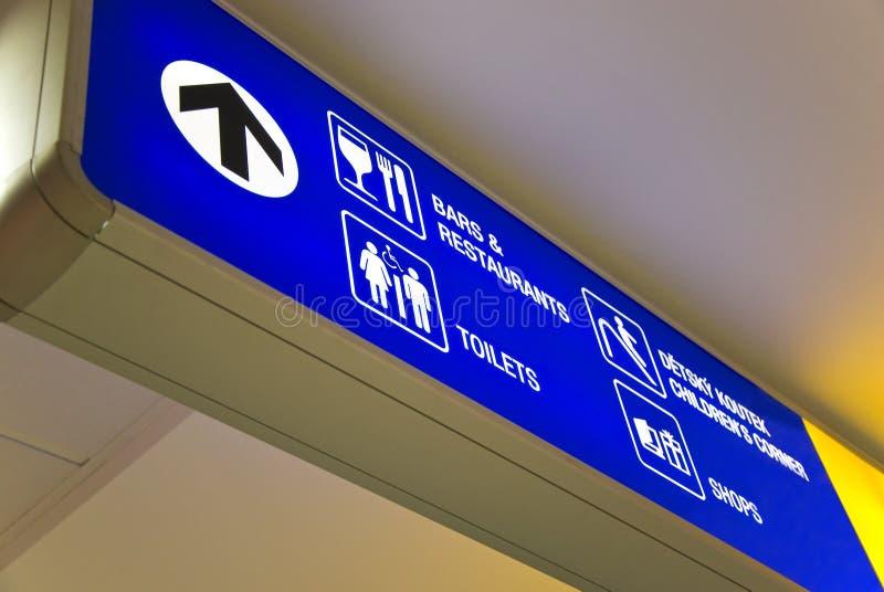 blått riktningstecken för flygplats royaltyfria bilder