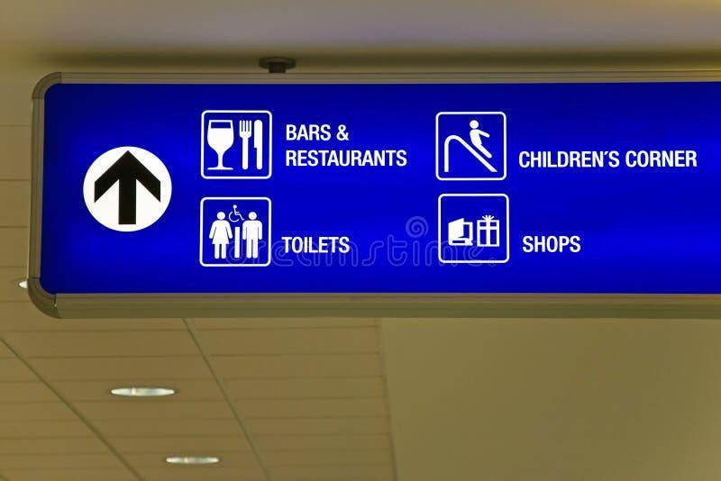 blått riktningstecken för flygplats fotografering för bildbyråer