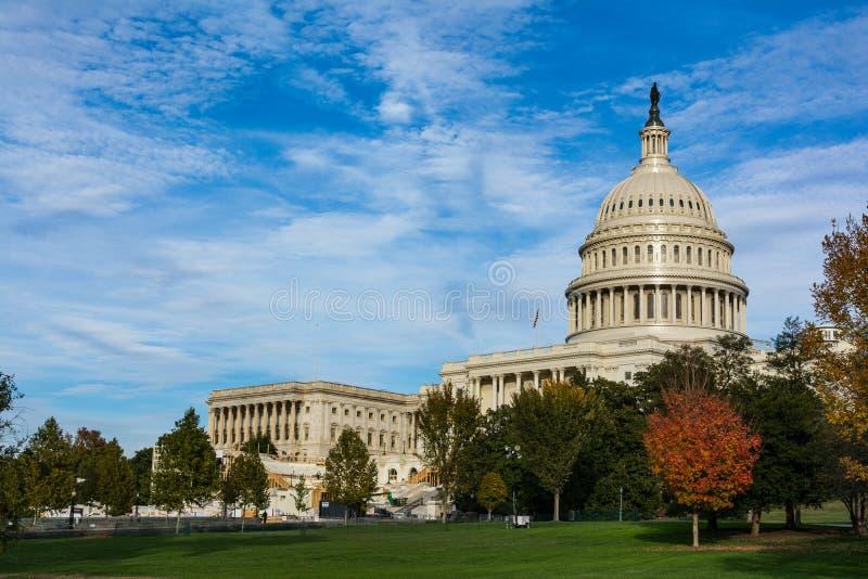 Blått S för gräs för Washington DC för byggnad för Kapitolium för daglandskapUSA arkivfoton