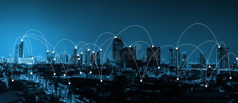 Blått signalstadsscape och begrepp för nätverksanslutning över staden fotografering för bildbyråer