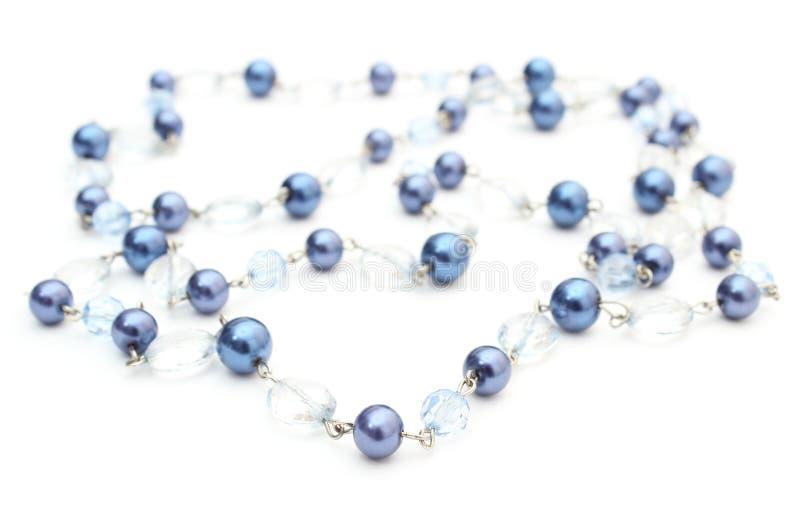 Blått skinande halsband för kvinnan på vit bakgrund royaltyfria foton