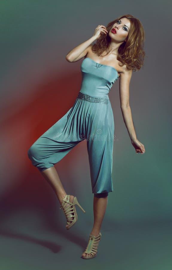 blått skjuten kvinna för dräkt mode fotografering för bildbyråer