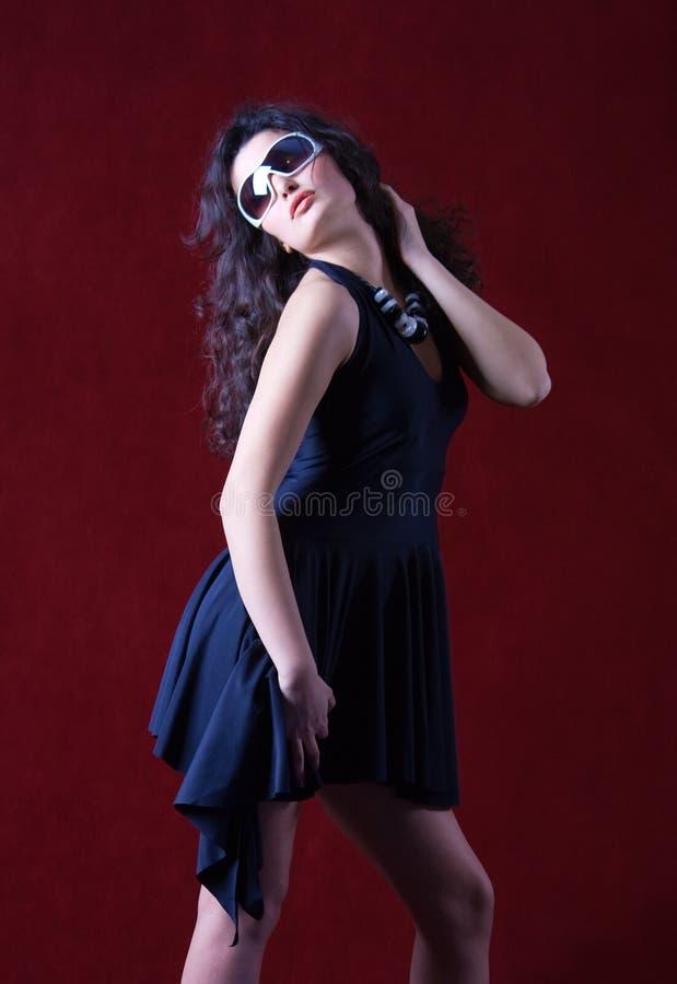 blått slitage för solglasögon för klänningmodemodell arkivfoton