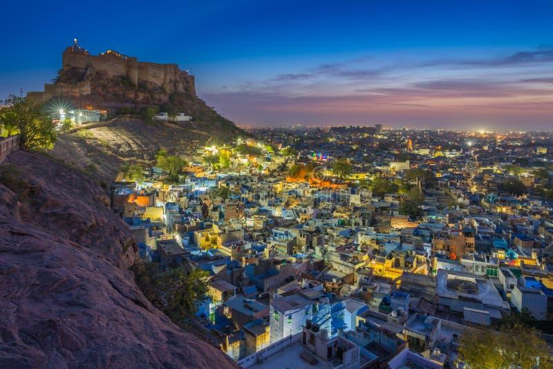 Blått stad och Mehrangarh fort på kullen på natten i Jodhpur arkivfoton