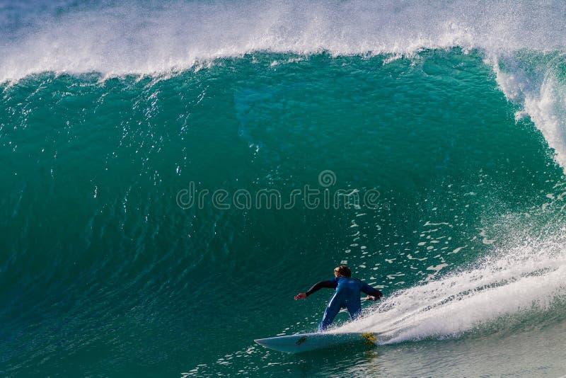 Blått stort vända för god Wavebränningryttare royaltyfri foto