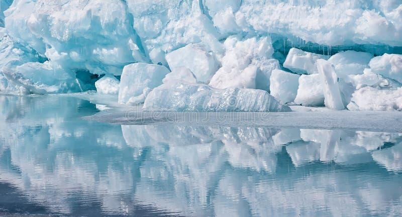 Blått surpuppastycke av isberget med reflexion i lugna vatten Arktiskt hav royaltyfria bilder