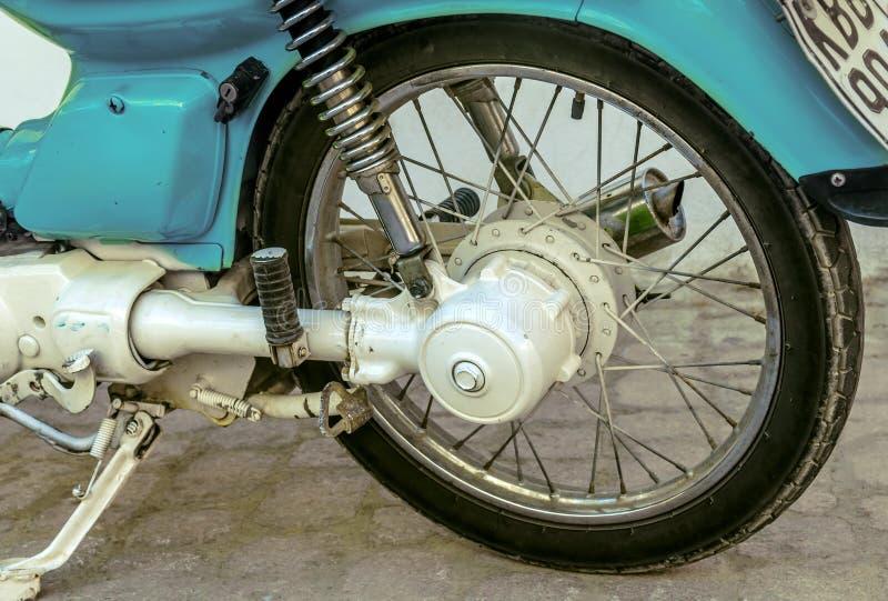 Blått tappningmotorcykelhjul arkivfoton
