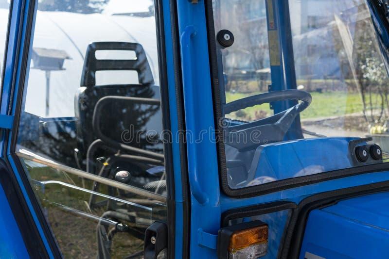Blått traktordetaljslut upp kabinsikt arkivfoto