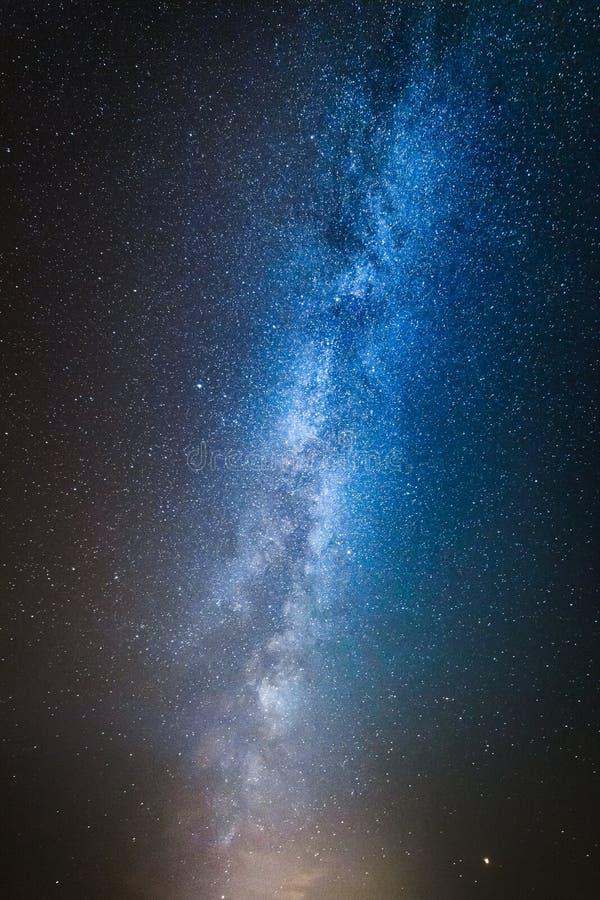 Blått universum, konstellation med miljon stjärnor i milkyway royaltyfri fotografi