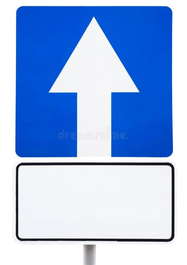 Blått vägmärke - framåt rörelse med en vit skylt för inskriften royaltyfria foton