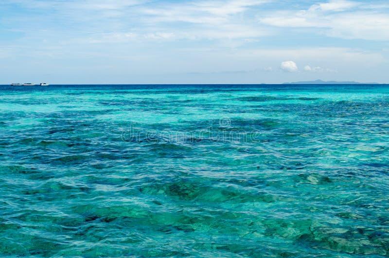Blått vatten av hav- och vitsanden, Similan öar, Thailand royaltyfri fotografi