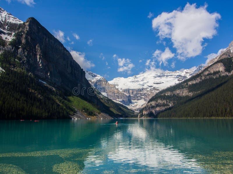 Blått vatten av Lake Louise i sommar, Banff nationalpark, Alberta, Kanada arkivfoton