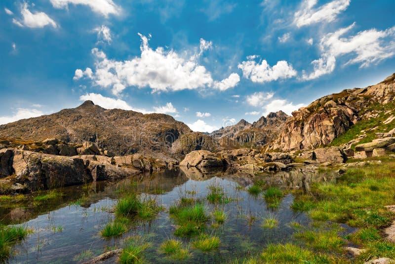 Blått vatten för berg - Cinque Laghi slinga arkivfoto