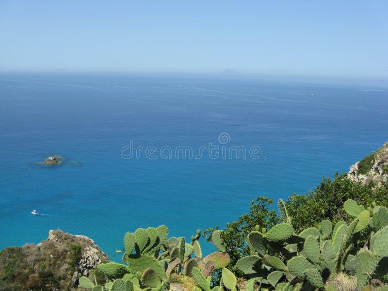 Blått-vatten hav med fartyg, öar och Stromboli arkivbilder