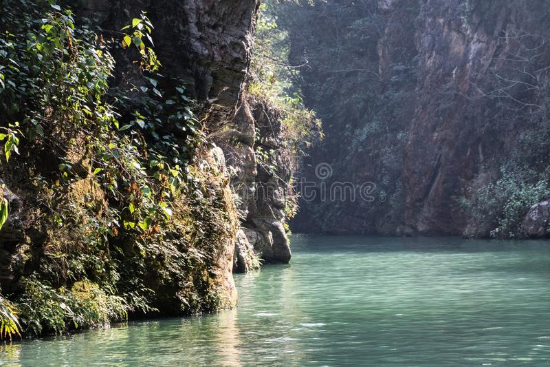 Blått vatten i en kanjon arkivbilder